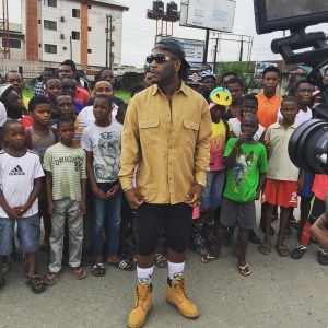 Burna Boy Poses With Ghetto Kids [See Photo]